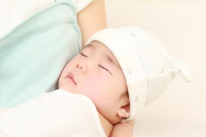 赤ちゃんを寝かしつけるママ