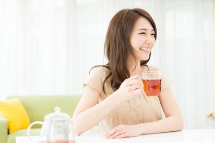 部屋でお茶を飲む女性