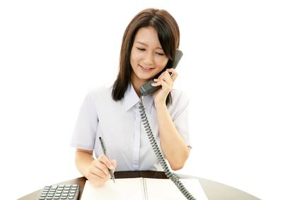電話対応をする事務員