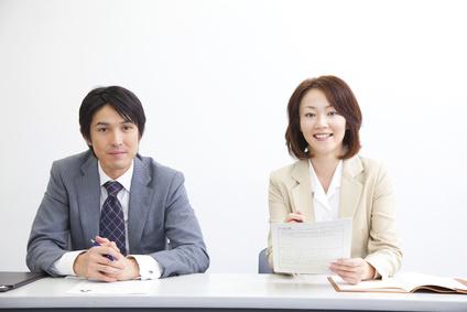 男性と女性の面接官