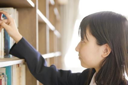 本をとる女子中学生