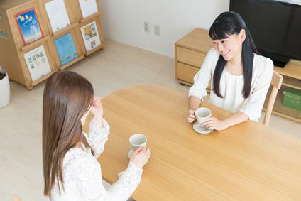 コーヒーを飲む女性2人