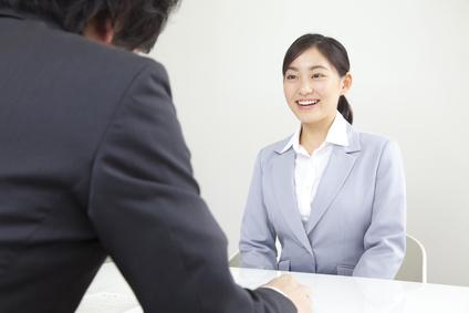 面接を受ける女性