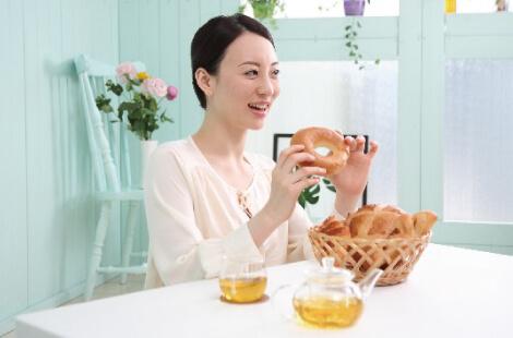 s024_食事する女性
