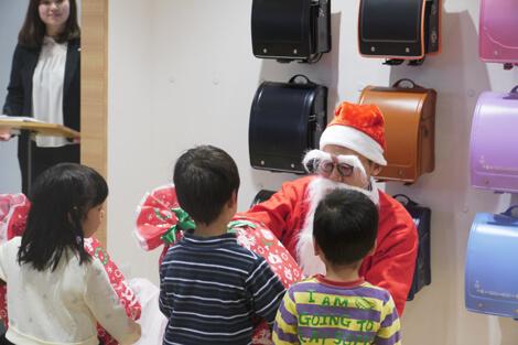 プレゼントを受け取る子供たち